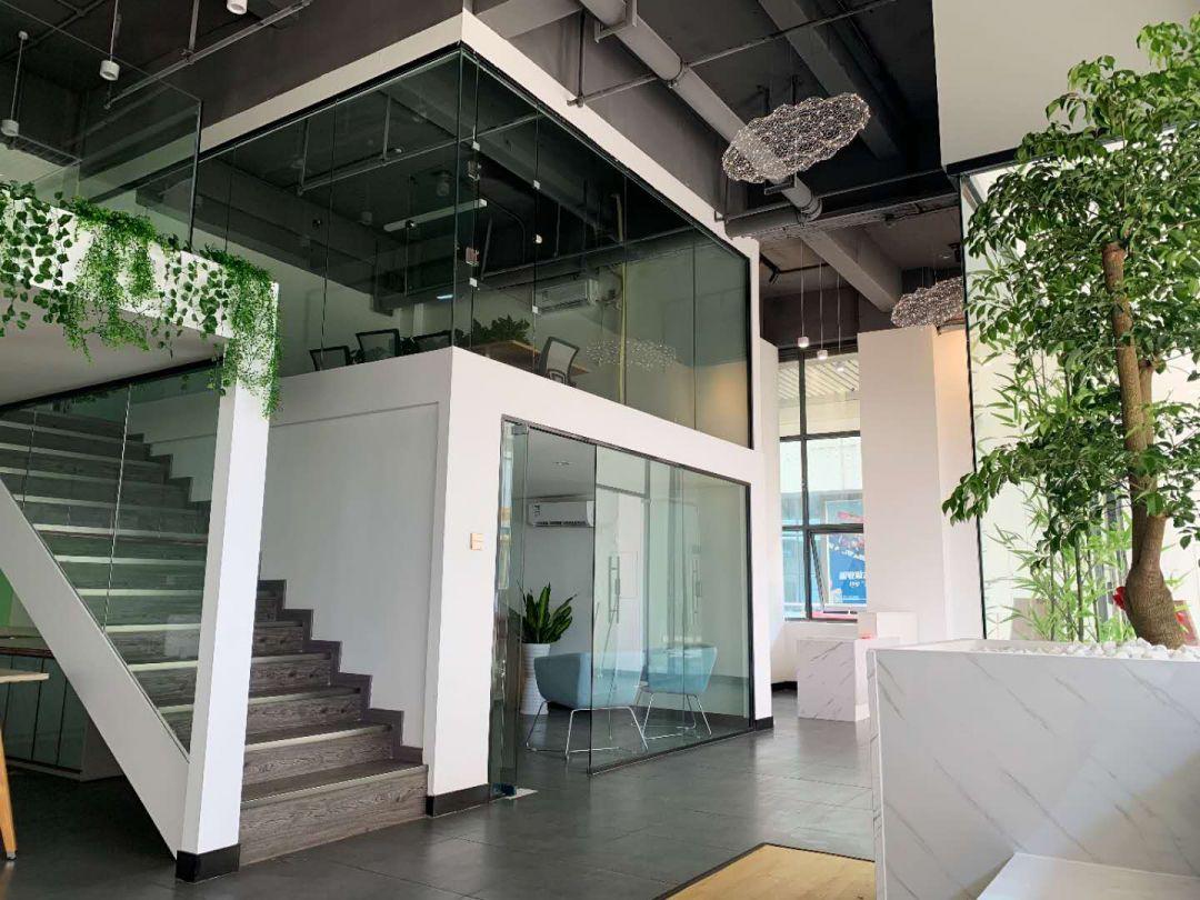 大量精装办公室各式面积出租出售